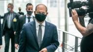 """Olaf Scholz, Bundesminister der Finanzen, im vergangenen Jahr auf dem Weg zur Befragung des Bundestags-Finanzausschusses zur """"Cum-Ex""""-Affäre."""