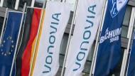 Fahnen wehen vor der Konzernzentrale des Immobilienkonzerns Vonovia.