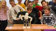 Robi, der Roboter, bringt Schülern gerade tanzen bei. Werden Lehrer nun bald zu Hartz-IV-Empfängern?