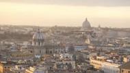 Smog hängt über den Dächern von Rom