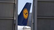 Sorgen vor Einbußen: Ein Lufthansa-Flugzeug steht hinter einer Lärmschutzwand am Frankfurter Flughafen.