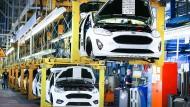 Fahrzeuge vom Typ Ford Fiesta fahren am Fließband durch die Werkhalle in Köln.