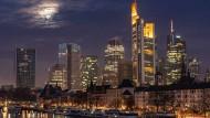 Frankfurts Banken bei Nacht - die Commerzbank ganz vorne, die Deutsche Bank im Hintergrund