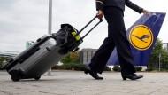 Noch auf Reisen: Eine Flugbegleiterin vor der Frankfurter Lufthansa-Basis