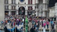 Touristenmassen auf dem Markusplatz: So sieht es normalerweise in Venedig aus, das Coronavirus hält Urlauber aber derzeit fern.