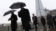 Brauchen den Regenschirm vielleicht bald nicht mehr so oft: Geschäftsleute überqueren die London Bridge.