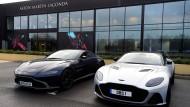 Zwei Aston Martin vor dem Werk in St. Athan, Wales