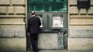 Payday: Bank customer on Paradeplatz in Zurich