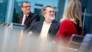 Wissenschaftler nehmen vieles leicht, reale Risiken gehört nicht dazu: Leopoldina-Präsident Gerald Haug, Stiko-Vorsitzender Thomas Mertens und Ethikrat-Chefin Alena Buyx in Berlin (v.l.).