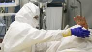 Schutzkleidung bewahrt auch vorne an der Corona-Front nicht jeden vor einer Infektion, vor allem schützen manche Maßnahmen immer noch lückenhaft. Kann das bei Versicherungen geltend gemacht werden?