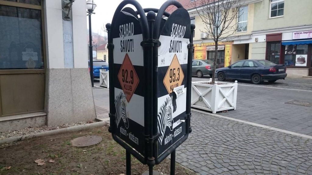A Klubrádió jelenlegi és régi frekvenciáját népszerűsítő reklám a rádió épülete előtt Budapesten