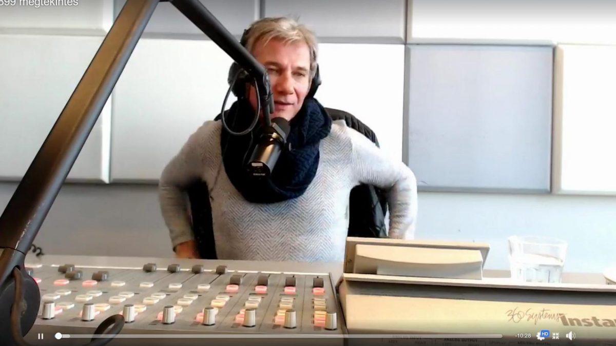 Bochkor Gábor a Music FM Önindító című műsorának utolsó adása közben. Fotó: Facebook Live