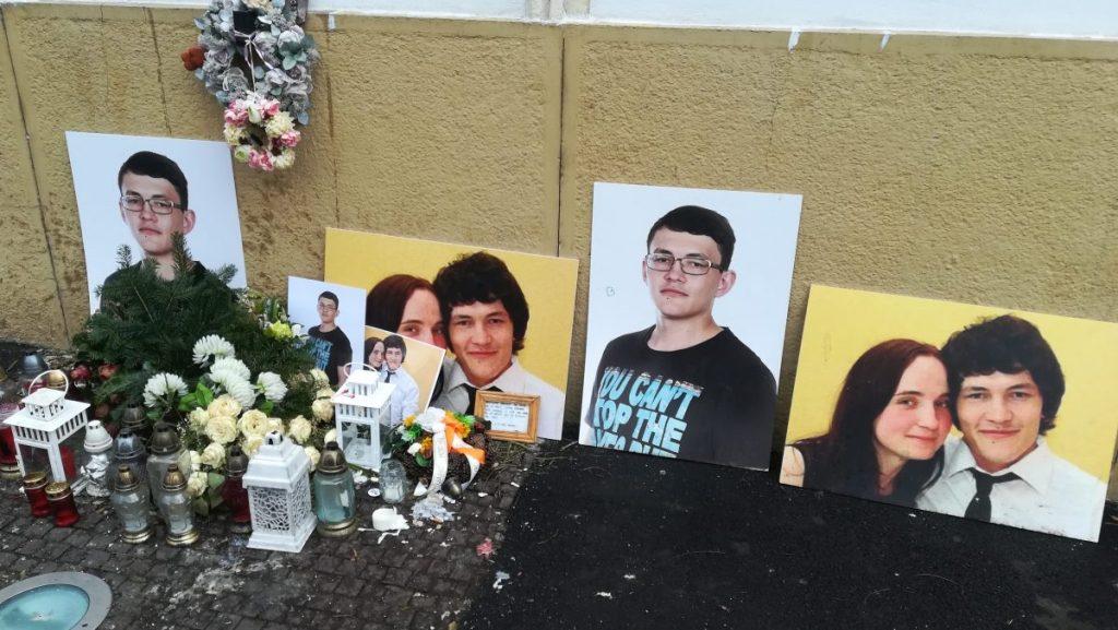 Kiemelt kép: Ján Kuciak szlovák oknyomozó újságíró és menyasszonya, Martina Kušnírona meggyilkolása után még hónapokkal is gyertyákkal emlékeznek Pozsonyban. Fotó: Szalay Dániel, Media1 (a mobiltelefonos felvétel 2018.12.30-án készült)