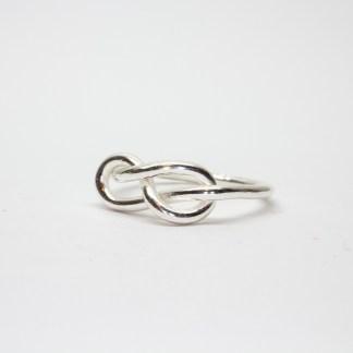 Silver ring med en åtta-knut