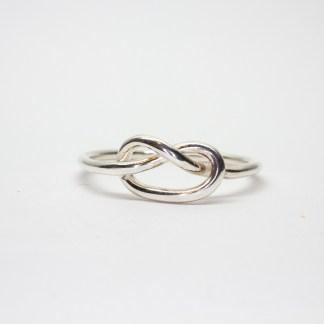 Handgjord silverring med kärleksknut