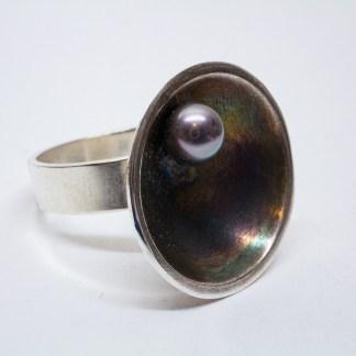 Asymmetrisk ring med en sötvattenspärla