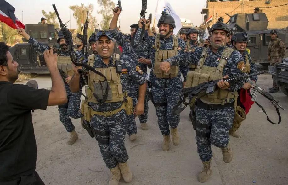 Des dizaines de membres des forces de sécurité ont explosé de joie dans les rues de Mossoul, en chantant, en dansant et en brandissant les drapeaux irakiens ou leurs armes en signe de victoire.