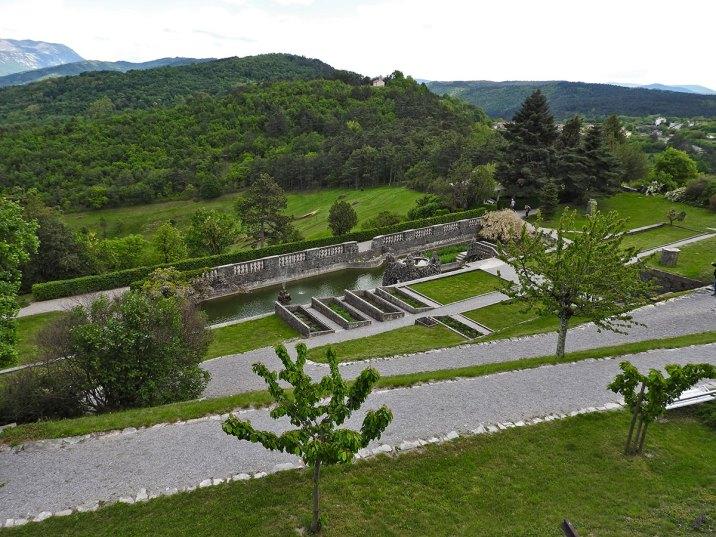 vrt i okolna brda -ne znaš šta pre da slikaš