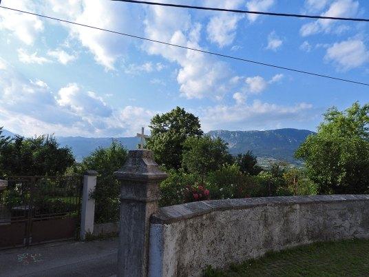pogled iz dvorišta crkve