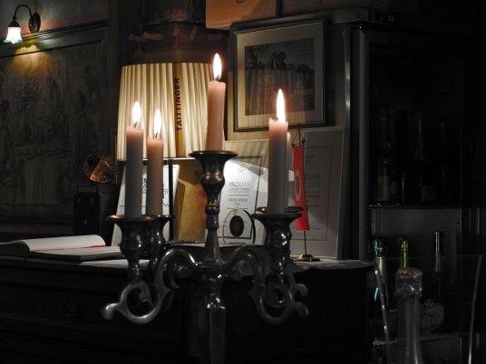 svećnjak sa svećama iste visine