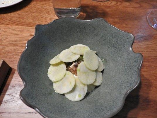 riba, školjke, sirće još što šta prekriveno tanko sečenim jabukama