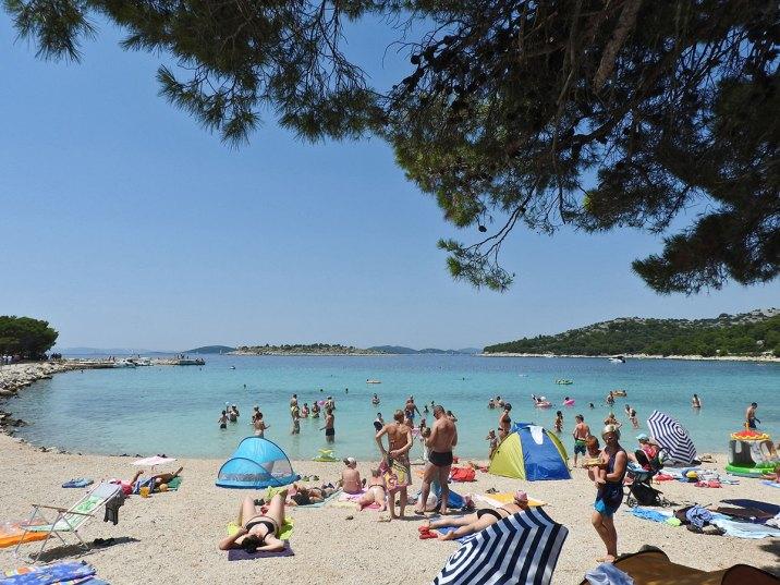 šljunčani deo plaže, a pesak u vodi