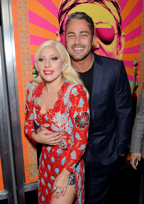 Signora Gaga e Taylor Kinney mostra PDA dolce ad un prima del tappeto rosso