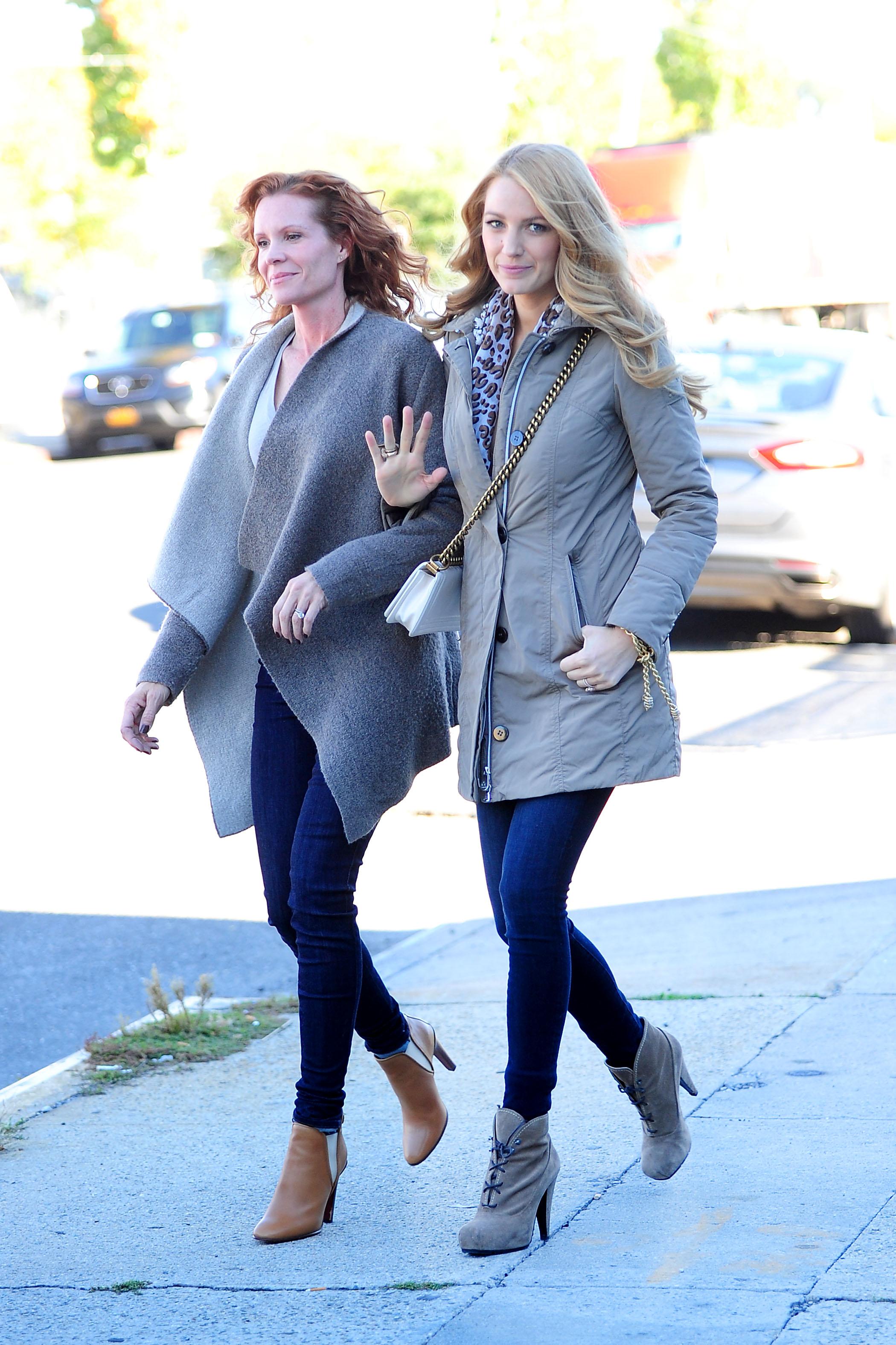 Blake vivacemente e sua sorella punto di Robyn fuori a braccetto in NYC
