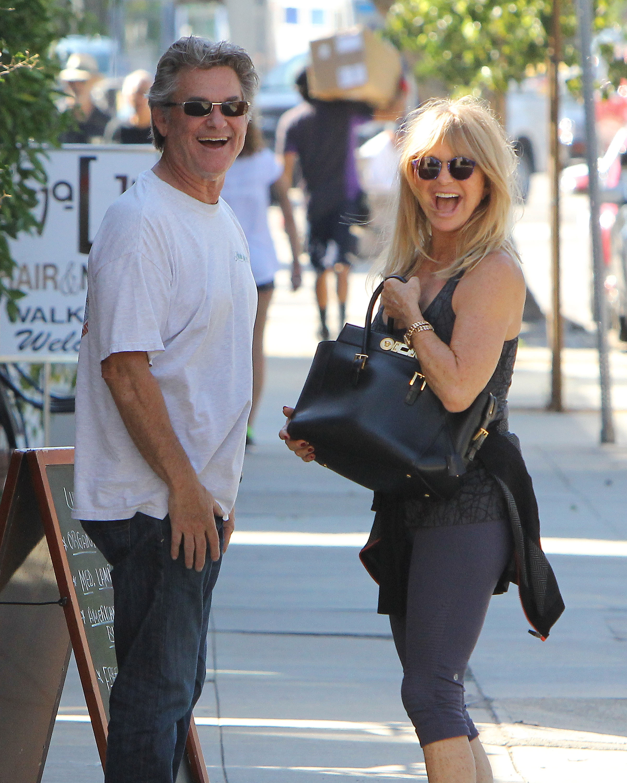Goldie Hawn e Kurt Russell mostrano i grandi sorrisi e PDA dolce dopo una data del pranzo