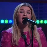 """Even Without Face Tattoos, Kelly Clarkson Nails Her Cover of Post Malone's """"Better Now"""""""