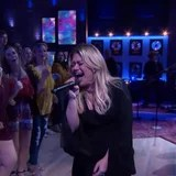 """Kelly Clarkson Gets Downright Fiery With Her Cover of """"Uptown Funk"""""""