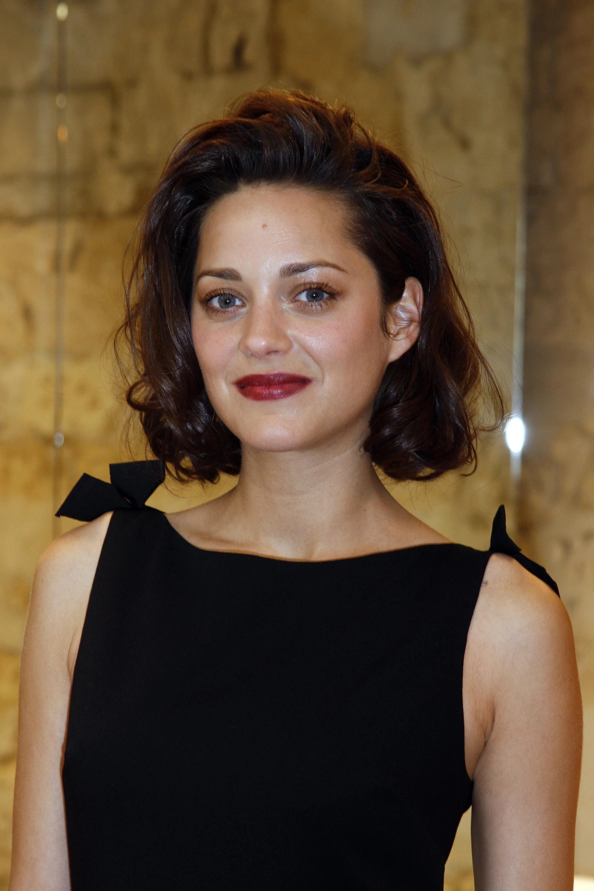 French Fall Wallpaper Marion Cotillard Keeps Cool At Dior Couture Show