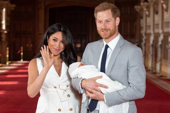 El príncipe Harry, duque de Sussex (R) de Gran Bretaña, y su esposa Meghan, duquesa de Sussex, posan para una foto con su hijo recién nacido en St George's Hall en Windsor Castle en Windsor, al oeste de Londres, el 8 de mayo de 2019. (Foto por Dominic Lipinski / POOL / AFP) (Crédito de la foto debe leer DOMINIC LIPINSKI / AFP / Getty Images)