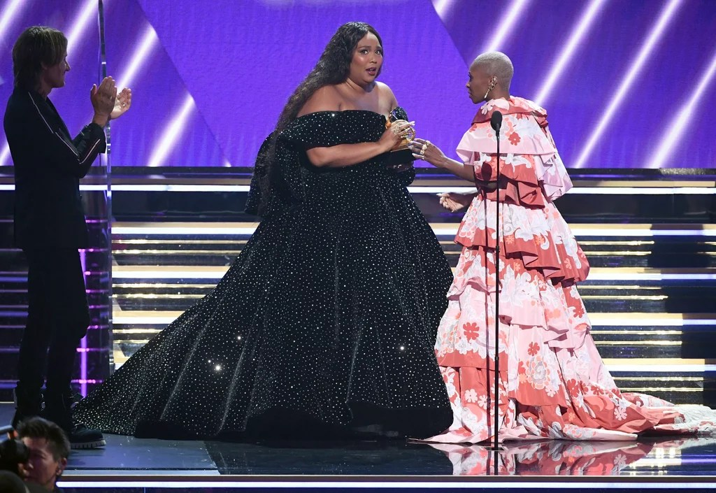 Lizzo recebendo o Grammys 2020 com vestido preto de Christian Siriano