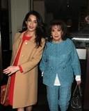 Amal Clooney afferra il pranzo con la sua mamma dopo avere dato un discorso sui crimini di guerra