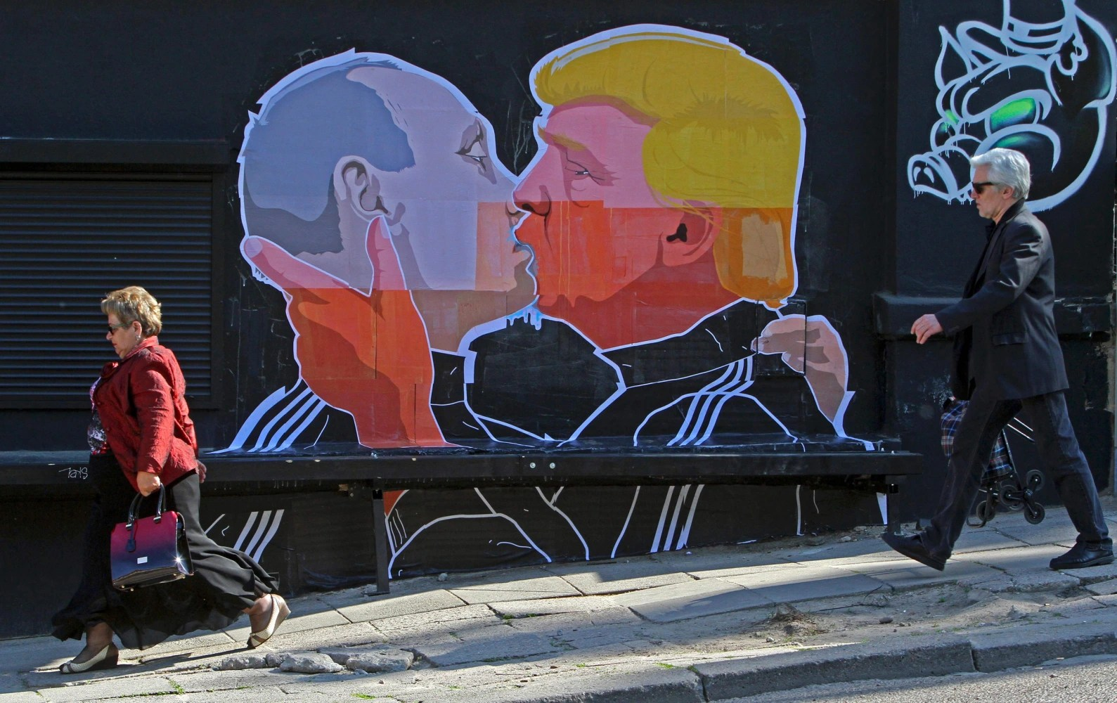 https://i0.wp.com/media1.s-nbcnews.com/j/newscms/2016_31/1648256/160801-trump-putin-kissing-mbe-445p_2243b5f340e83461b265385fa5005243.nbcnews-ux-2880-1000.jpg