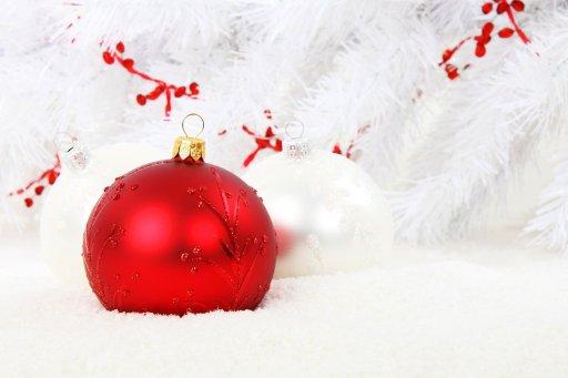Julkulor i rött och vitt