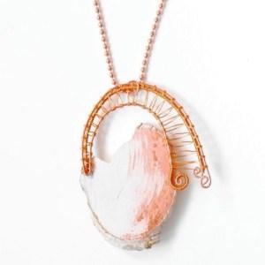 Halsband av trä och koppar. Hänget är handgjort av vitmålat trä, dekorerat med slagmetall.