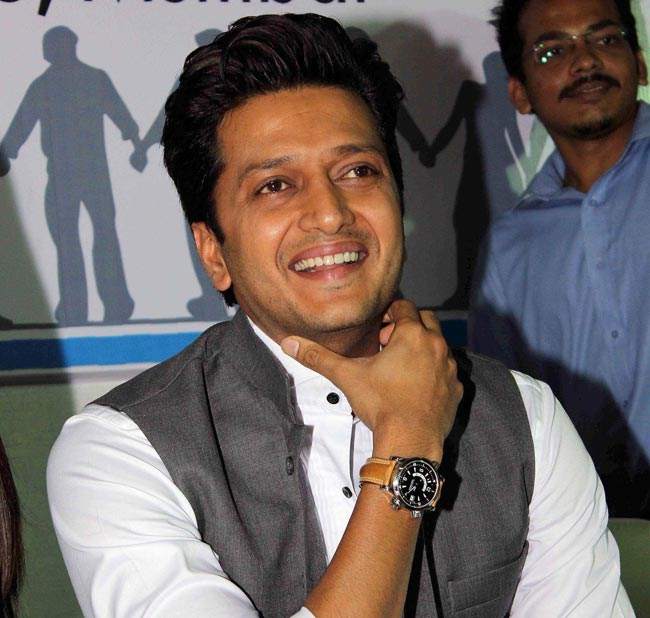 Who Is Riteish Deshmukh Playing Hairstylist To In Humshakals