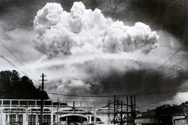Atomic_cloud_over_Nagasaki_from_Koyagi-jima