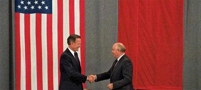 बाईं ओर हैं अमेरिका के राष्ट्रपति जॉर्ज एच डब्ल्यु बुश और दाहिनी ओर सोवियत संघ के राष्ट्रपति मिखाइल गोर्बाचेव. ये तस्वीर 1991 में ली गई. मॉस्को में हाथ मिलाते हुए दोनों नेताओं की ये तस्वीर शीत युद्ध की सबसे प्रभावी तस्वीरों में से एक है.