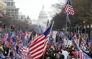 Trump survole des rassemblements de ses partisans en hélicoptère