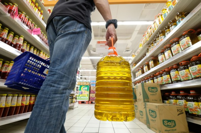 The Domestic Trade and Consumer Affairs Ministry today listed the maximum retail prices for palm cooking oil at RM29.70 for a five-kg bottle, RM6.70 for one kg, RM12.70 for two kg and RM18.70 for three kg. — Bernama pic