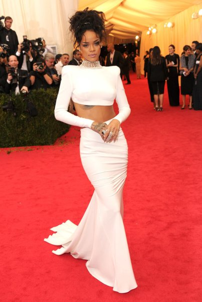 https://i0.wp.com/media2.onsugar.com/files/2014/05/05/089/n/1922398/e6331c506e2ae67f_488343221_10.xxxlarge/i/Rihanna-Met-Gala-2014.jpg?resize=403%2C601