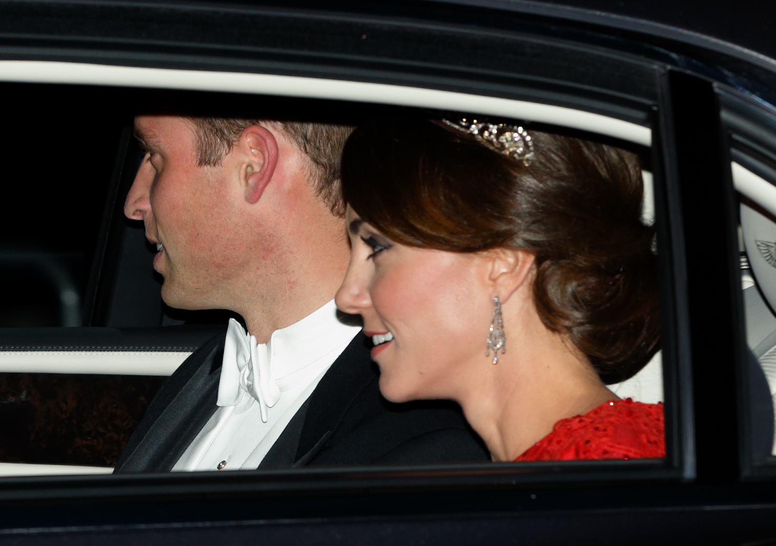 Kate Middleton stordisce al suo banchetto di First State al Buckingham Palace
