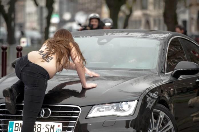 Foto Wanita Femen Telanjang Hadang Mobil Mantan Bos IMF