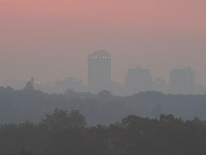 लंदन, ओंटारियो में सूर्योदय से ठीक पहले।  क्रेडिट: डेल आर्मस्ट्रांग, आरएएससी लंदन।