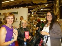 """Besök av Gitte Olofsson från Pockethexorna (till höger). T.v. Annika Laack med sin bok """"En skruvad historia"""" och Agneta Brundin med """"Anorexi, en ovälkommen gäst""""."""