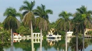 Lyxhus med lyxbåtar i Miami Beach