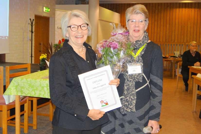 Överlämnar stipendie till Ulla Jerregård (till vänster)